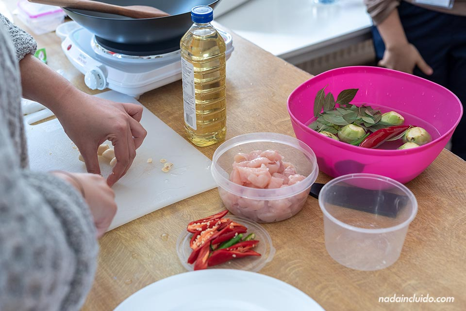 Compañeras tailandesas cocinando en Sprachcaffe Brighton (Inglaterra)