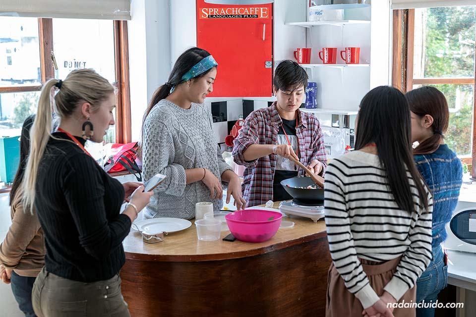 Cocinando en la escuela Sprachcaffe de Brighton (Inglaterra)