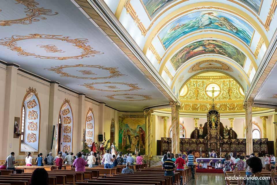 Interior de la catedral de Alajuela durante una misa (Costa Rica)