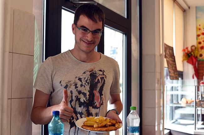 Comiendo en un restaurante de Cluj-Napoca (Rumanía)