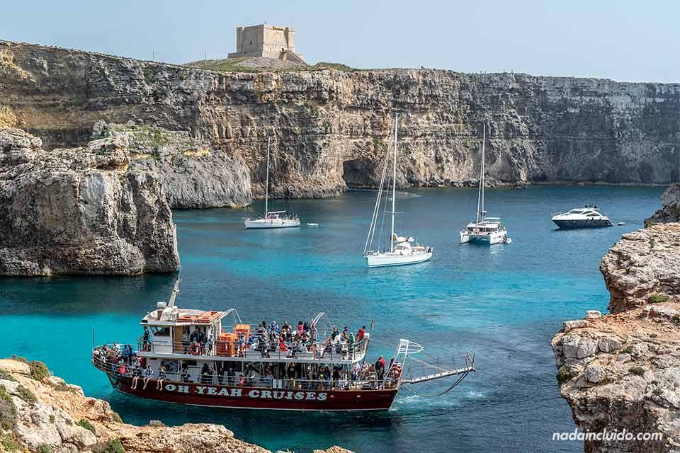 Barcos de turistas visitando la isla de Comino (Malta)