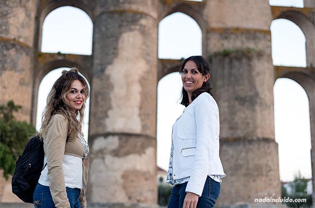 Chicas en el acueducto de Amoreira de Elvas (Alentejo, Portugal)