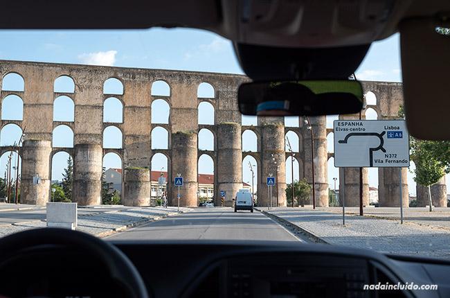 Acueducto de Amoreira en Elvas visto desde el coche (Alentejo, Portugal)
