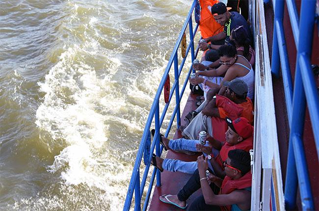 Pasajeros bebiendo cerveza en el Ferry a Isla de Ometepe (Nicaragua)