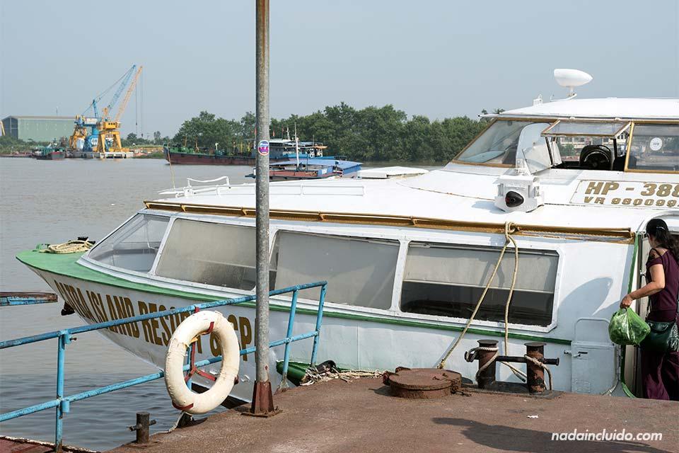 Lancha rápida que conecta el puerto de Hai Phong con la isla de Cat Ba (Vietnam)