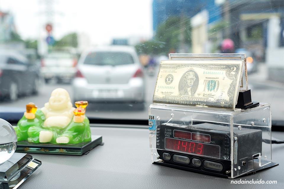 Taxímetro en un taxi vietnamita (Hanoi, Vietnam)