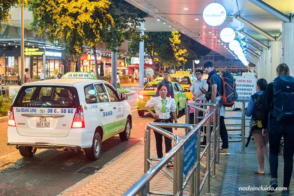 Parada de taxis en el aeropuerto de Ho Chi Minh (Vietnam)