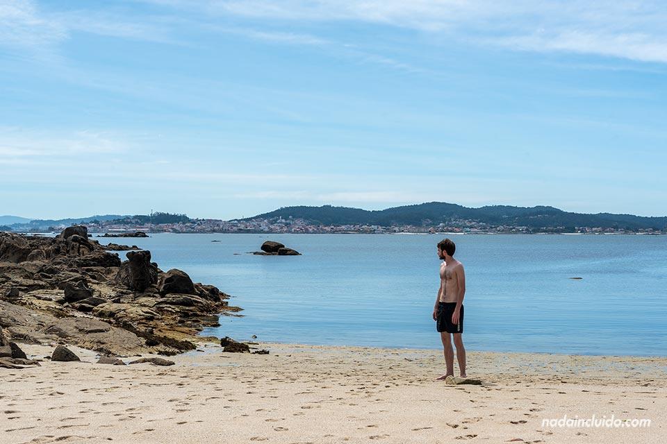 En la playa Lontreira del parque natural de Carreirón (Isla de Arousa, Galicia)