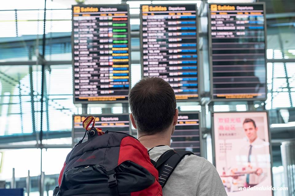 Salidas y llegadas en el aeropuerto de Barajas (Madrid, España)