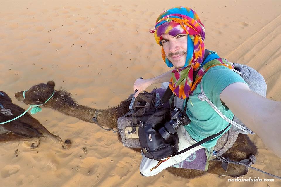 Selfie durante mi paseo en camello por el desierto del Sáhara (Marruecos)