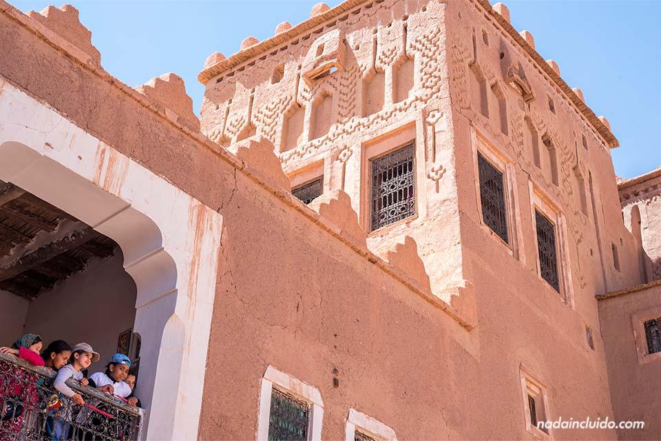 Niños en el Kasbah Taourirt, Ouarzazate (Marruecos)