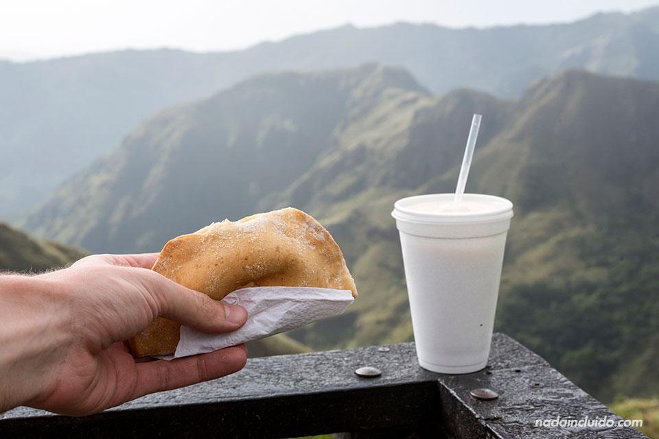Comiendo una empanada y un batido de avena de la tienda Quesos Chela, en el mirador Cerro Campana (Panamá)