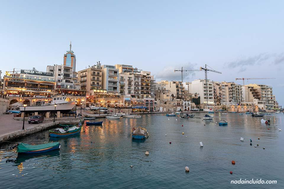 Atardece sobre Spinola Bay, en Sant Julián (Malta)