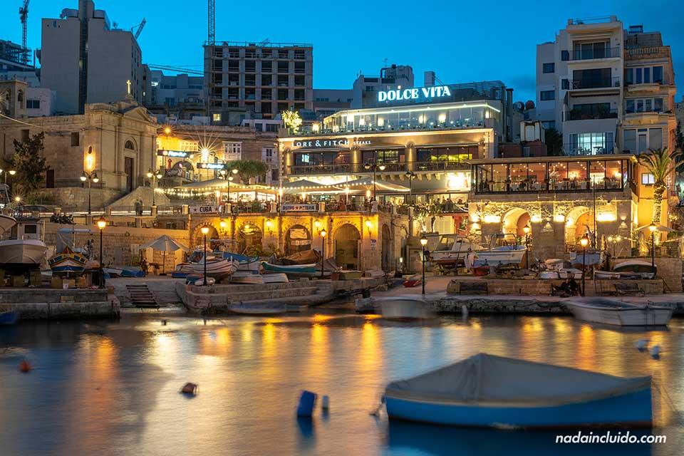 Spinola Bay de noche - Sant Julian, Malta.