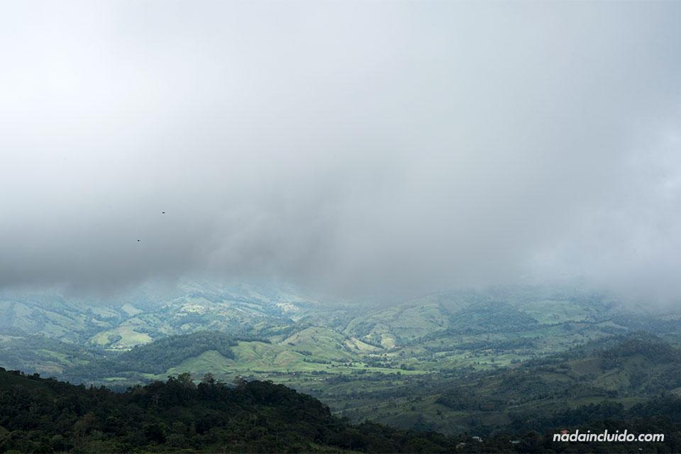 Una nube espesa cae sobre los alrededores de Tinamaste (Costa Rica)
