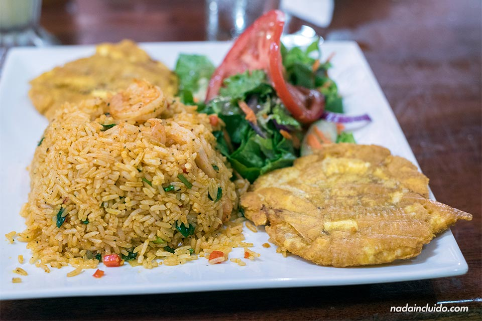 Comiendo un arroz con camarones en el restaurante Las Delicias, en Uvita (Costa Rica)