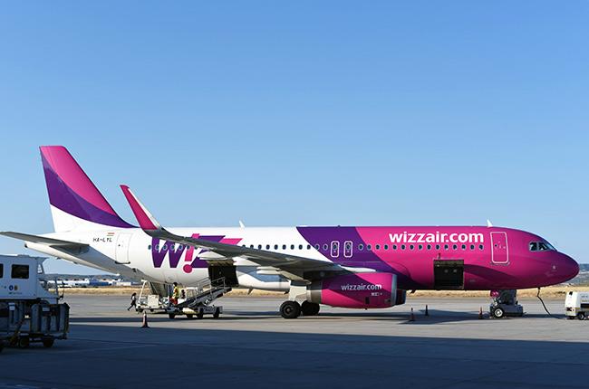 Avión de Wizzair en el aeropuerto de Zaragoza