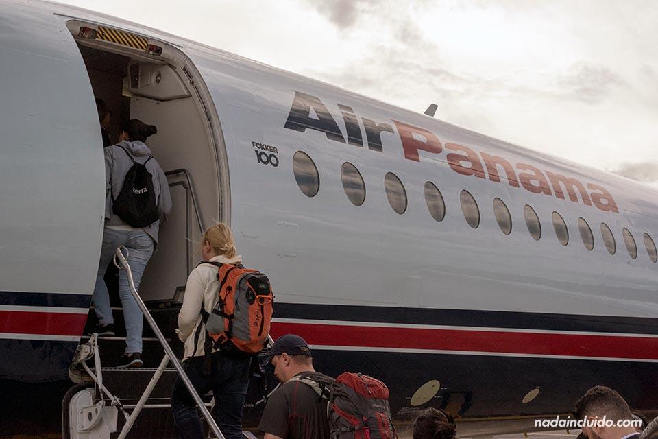 Subiendo a un avión de Air Panamá con destino a la capital panameña