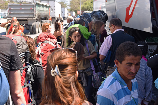 Autobús Trasnica parado en la frontera Costa Rica - Nicaragua