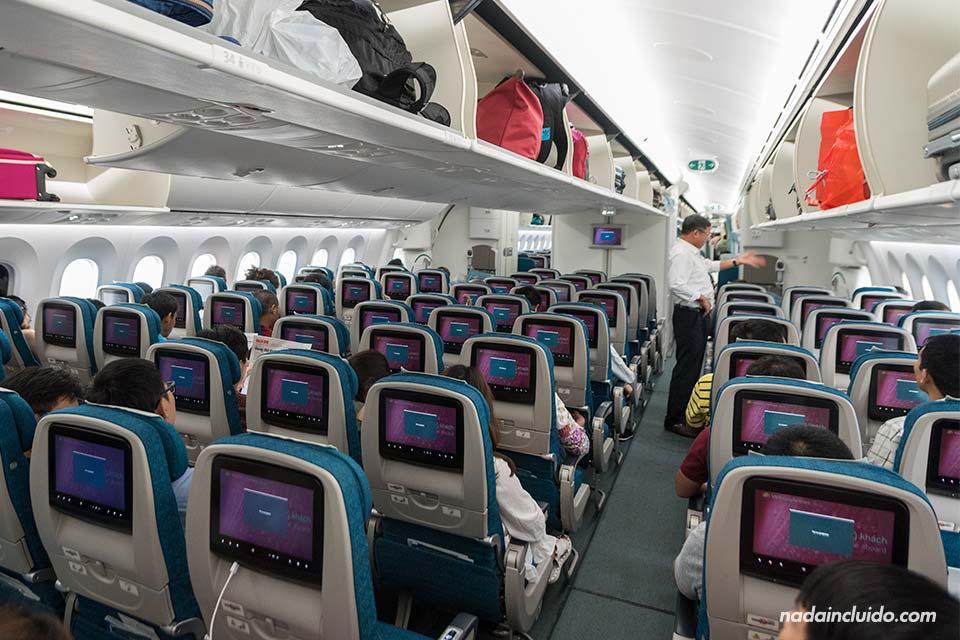 Interior de un avión de Vietnam Airlines en la ruta Ho Chi Minh - Hanoi (Vietnam)