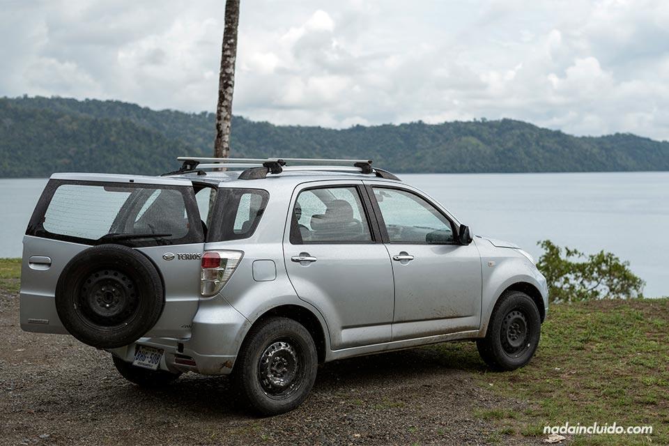 Nuestro coche alquilado aparcado en Bahía Golfito (Costa Rica)