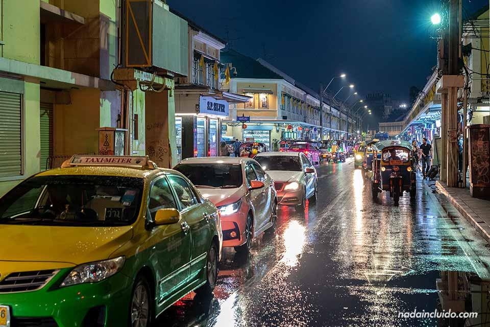 Taxis y coches en una bocacalle de la Khao San Road, en Bangkok (Tailandia)