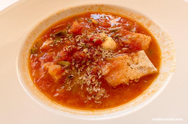 Comiendo sopa de tomate en el restaurante de la Posada convento de Beja (Alentejo, Portugal)