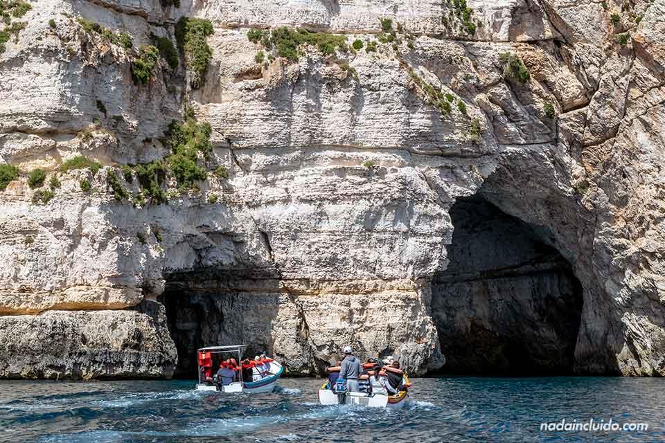 Barcas de turistas en la gruta azul (Blue Grotto) de Malta