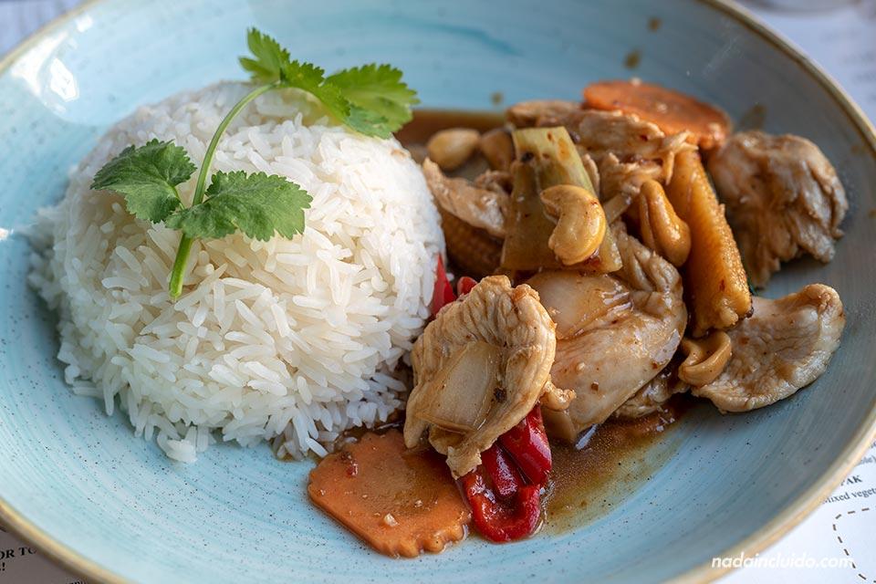 Comiendo comida tailandesa en el Cafe Chilli de Brighton (Inglaterra)
