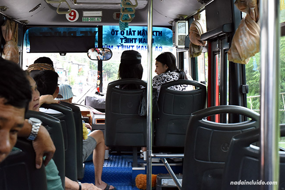 Autobús local cubre el trayecto entre Phan Thiet y Mui Ne (Vietnam)