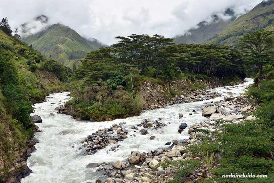 Río caudaloso junto al pueblo de Aguas Calientes (Perú)