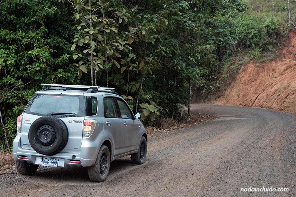 Recorriendo una carretera de montaña con un coche de alquiler en Costa Rica