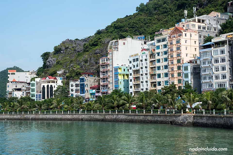 Casas junto al mar en la isla de Cat Ba (Vietnam)