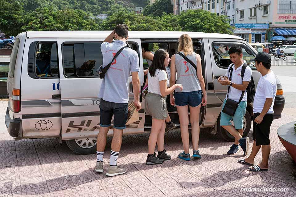 Furgoneta de la compañía Rutas Vietnam en la Isla de Cat Ba