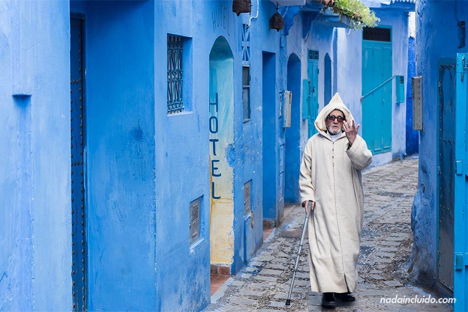Invidente en una calle de la medina de Chefchaouen (Marruecos)