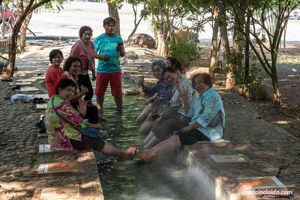 Varios lugareños en Thaweesin Hotsprings, unas fuentes termales de Chiang Rai (Tailandia)