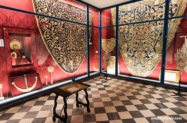 Mantos en el Museo del Santuario de Nuestra Señora de Regla (Chipiona, Cádiz)