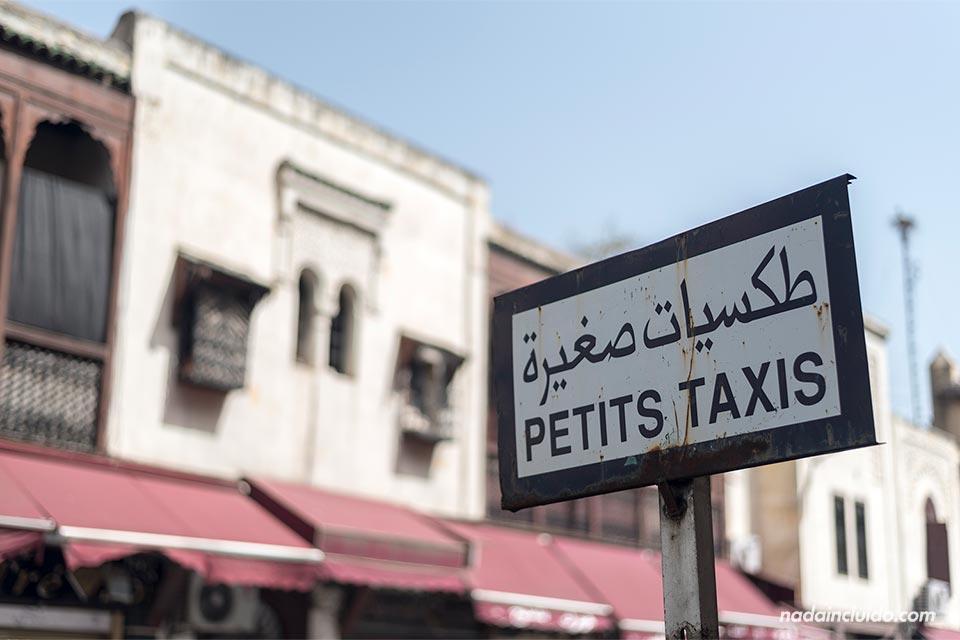 Cartel en árabe de taxis en Fez (Marruecos)