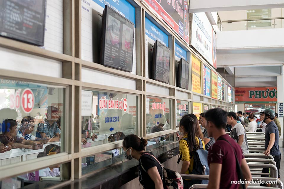 Taquillas de la estación de buses de Hanoi con destino a Ninh Binh (Vietnam)