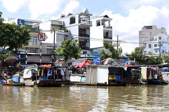 Casas en Ho Chi Minh junto al río Saigón (Vietnam)