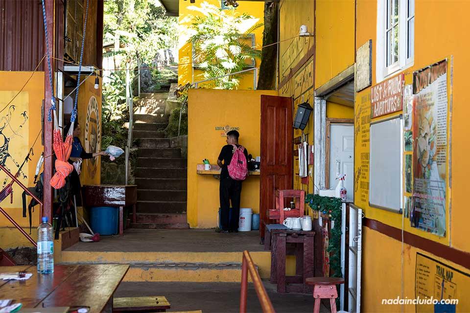 Recepción del Hostal Lost & Found (Panamá)