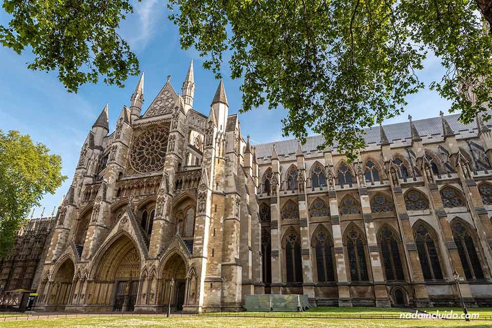 Fachada lateral de la abadía de Westminster en Londres (Inglaterra)