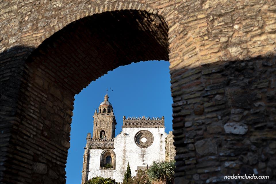 Vista de la iglesia de Santa María desde el arco de Belén de Medina Sidonia (Cádiz)
