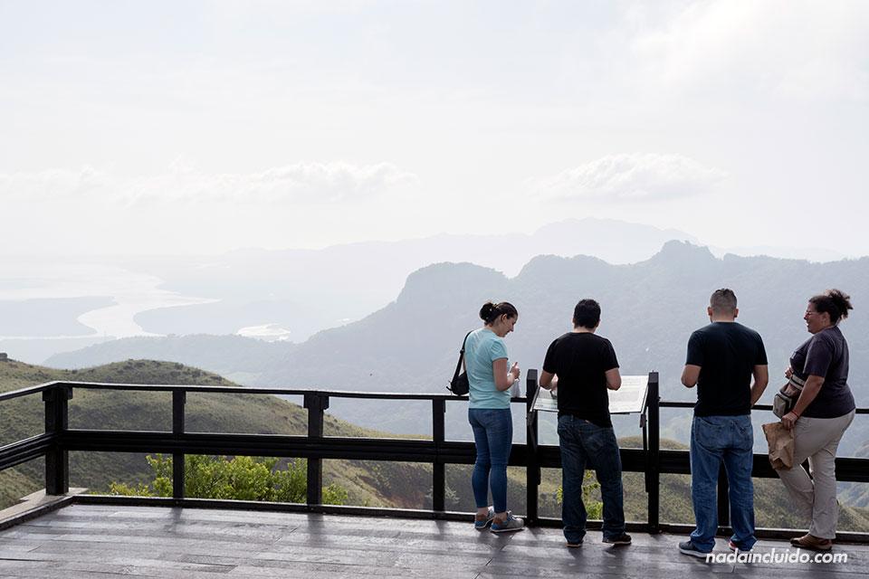 Turistas en el mirador Cerro Campana (Panamá)