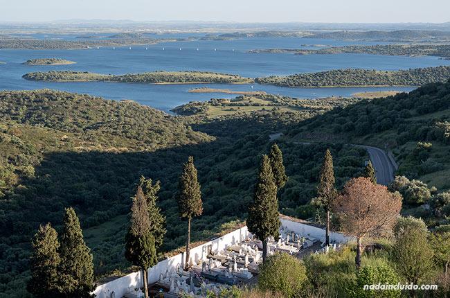 Vistas del lago Alqueva desde el castillo de Monsaraz (Alentejo, Portugal)