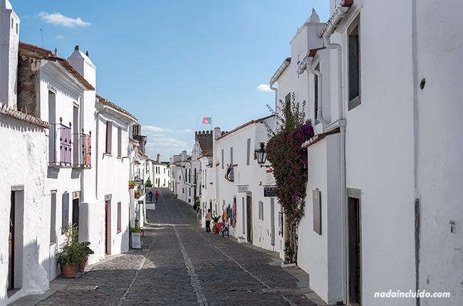Rua direita en Monsaraz (Alentejo, Portugal)