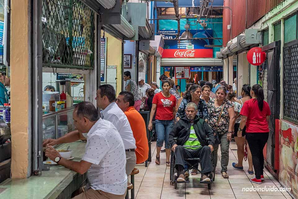 Vacunas para ir a Costa Rica - Gente paseando por el mercado central de San José
