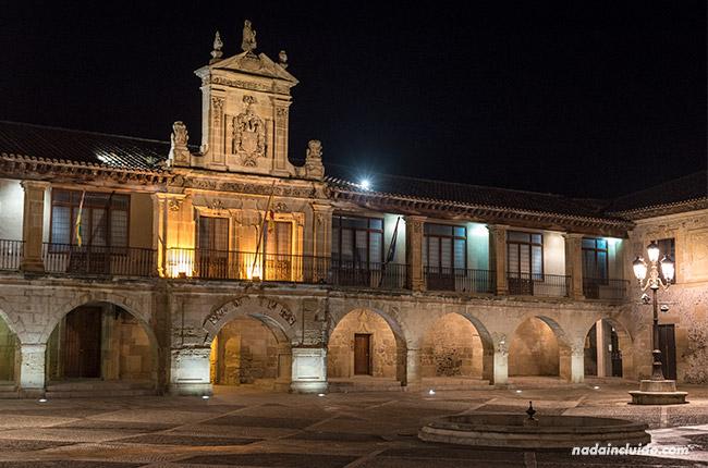 Iluminación nocturna de la plaza España en Santo Domingo de la Calzada (Rioja, España)