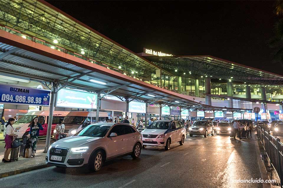 Exterior del aeropuerto de Hanoi (Vietnam)