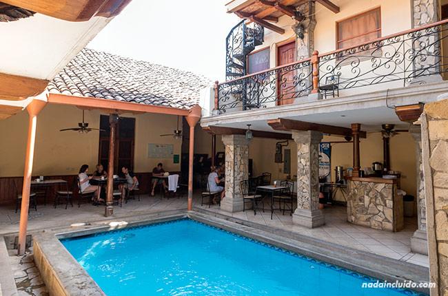 Pisicina y zona de desayuno en el Hostal Oasis de Granada (Nicaragua)